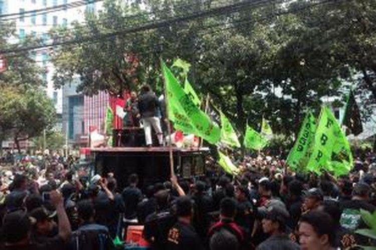 Puluhan massa yang tergabung dalam Forum Betawi Rempug (FBR) melakukan aksi unjuk rasa menolak Wakil Gubernur DKI Jakarta Basuki Tjahaja Purnama dilantik menjadi Gubernur DKI Jakarta, Senin (29/9/2014).