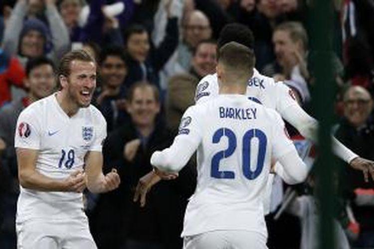 Striker tim nasional Inggris, Harry Kane (kiri) seusai mencetak gol ke gawang Lithuania pada laga lanjutan Kualifikasi Grup E Piala Eropa 2016 di Stadion Wembley, Jumat (27/3/2015).