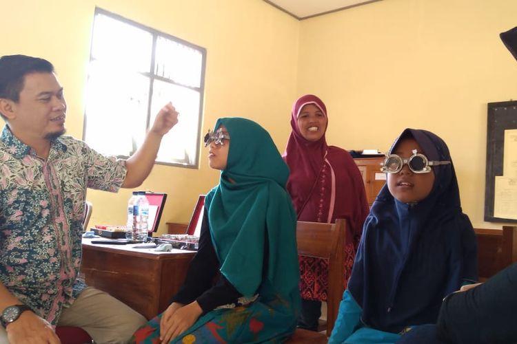 Pemeriksaan mata di Sanggar Kegiatan Belajar SKB Purwokerto, Jawa Tengah, Kamis (27/6/2019).