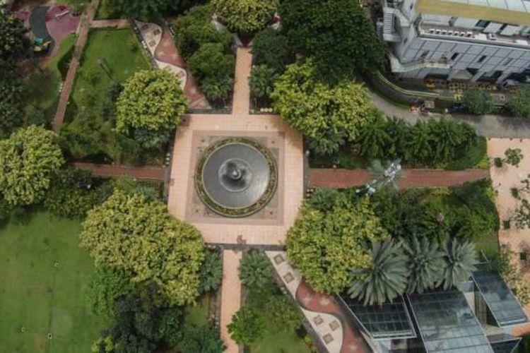 Taman Menteng, Jakarta Pusat, dilihat dari udara, Jumat (6/2/2015). Ruang terbuka hijau menjadi salah satu penyeimbang dan oasis di tengah belantara gedung kota.