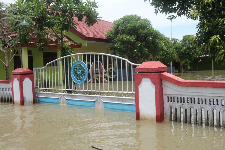 Suasana Dusun Bekucuk, Desa Tempuran, Kecamatan Sooko, Kabupaten Mojokerto, Jawa Timur, Rabu (5/2/2020). Banjir melanda wilayah tersebut sejak Minggu (2/2/2020) lalu.