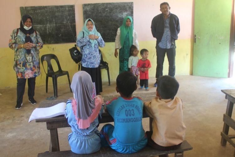 SD filial Desa Samaenre Semaja Kabupaten Nunukan hanya memiliki 2 ruang kelas belajar dan satu guru. Meski demikian orang tua siswa yang kebanyakan eks TKI dari Malaysia yang tidak pernah mengenyam pendidikan tersebut berharap anaknya bisa terus belajar dengan kekuranagan yang dimiliki sekolah.