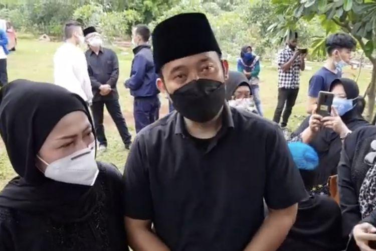 Denny Cagur yang berada di pemakaman ibundanya. (Bidikan layar YouTube Cumicumi).