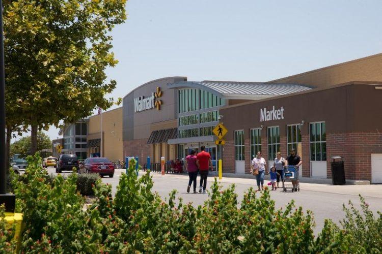 Di lapangan parkir Walmart di San Antonio inilah sebuah truk penuh imigran ditemukan pada Minggu (23/7/2017).