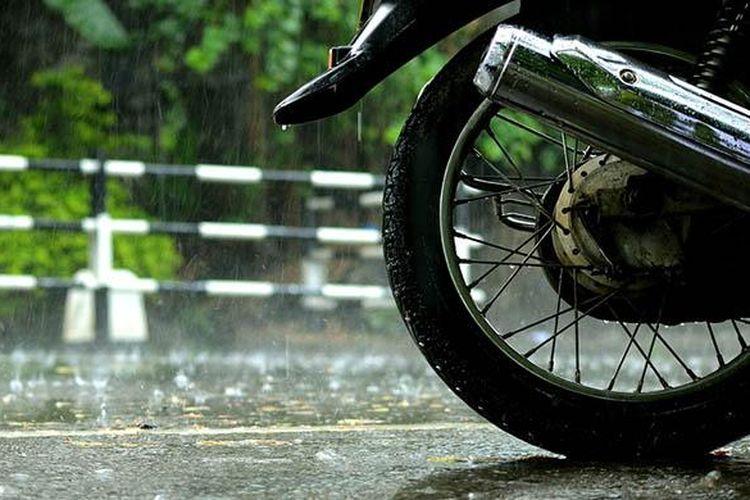 Ilustrasi sepeda motor saat musim hujan