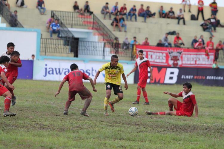 Pemain Semen Padang Abdurahman Lestaluhu mencoba melewati  hadangan  pemain  Nabil FC