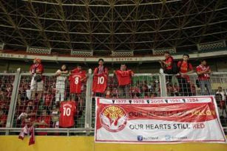 Penggemar menyaksikan tim Liverpool berlatih jelang pertandingan persahabatan di Stadion Utama Gelora Bung Karno, Senayan, Jakarta, Jumat (19/7/2013). Liverpool akan bertanding melawan tim Indonesia XI di stadion tersebut, pada Sabtu, 20 Juli.