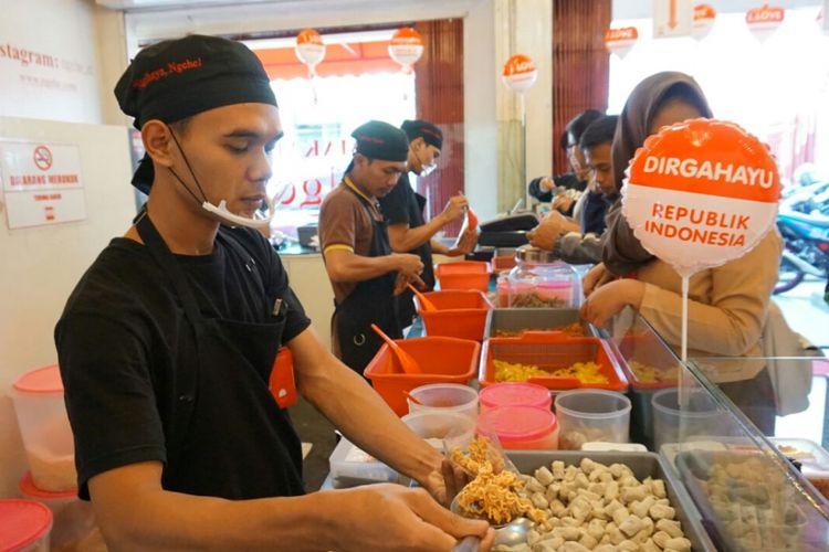 Aktivitas bisnis Makaroni Ngehe di Cabang Makaroni Ngehe Grande, Meruya, Jakarta Barat, Rabu (23/8/2017).