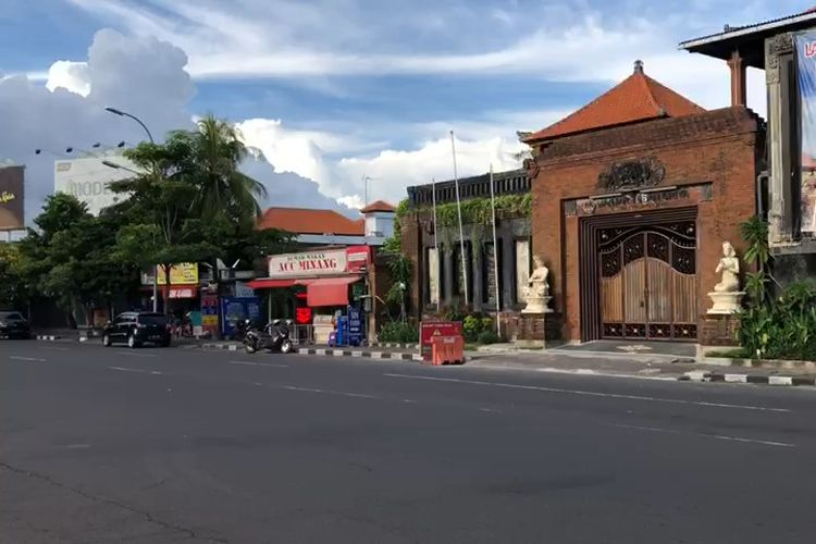 Kondisi Jl Tuban, Bali. Terlihat sepi pada Sabtu (11/4/2020).