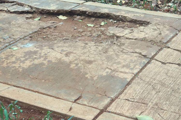 Jogging track yang rusak di Taman Honda, Tebet, Jakarta Selatan, Kamis (3/1/2019).