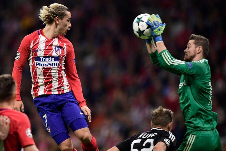 Sundulan Antoine Griezmann gagal menjebol gawang Ibrahim Sehic pada pertandingan Liga Champions di Stadion Wanda Metropolitano, Selasa (31/10/2017).
