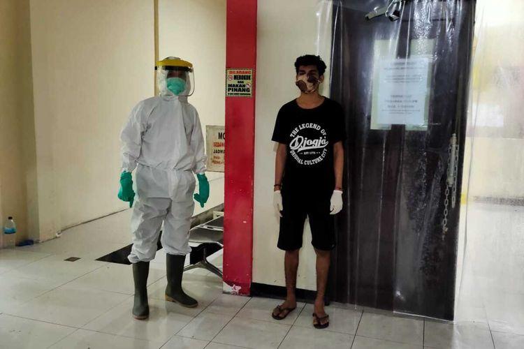 Erol Menanti, salah satu dari empat tahanan Polresta Jayapura yang terpapar virus corona dan sempat kabur pada Rabu (10/6/2020), berhasil ditangkap pada Kamis (11/6/2020) malam dan kembali dirawat di RS. Bhayangkara Jayapura, Papua, Jumat (12/6/2020)