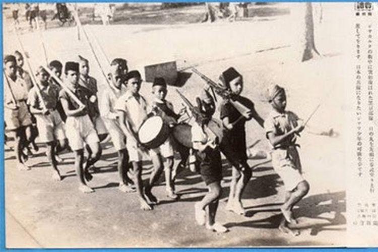Anak-anak di Jawa berlatih militer pada tahun 1944 di bawah pendudukan Jepang.
