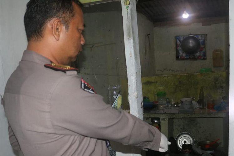 Kapolsek Megamendung, AKP Asep Drajat melakukan pemeriksaan pasca ditemukannya jasad bocah 8 tahun, di Kecamatan Megamendung, Puncak, Bogor.