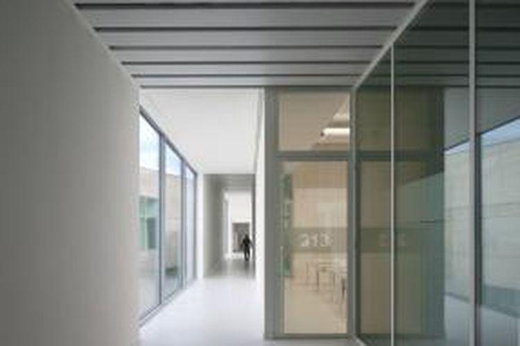 Kaca film tidak hanya dapat diaplikasikan pada bidang kaca mobil, juga kaca jendela rumah, gedung perkantoran dan apartemen.