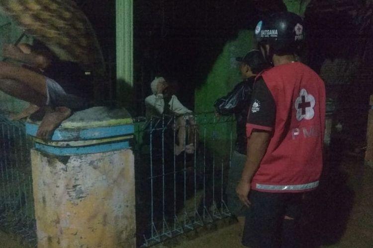 Relawan PMI Kabupaten Tegal meninjau genangan di Kecamatan Warureja, Kabupaten Tegal, Rabu (13/1/2021) malam. (Foto: Dok. PMI Kabupaten Tegal)