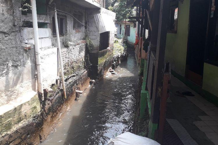 Aliran Kali Pulo tampak menyempit dihimpit bangunan di sisi kanan-kirinya, tak jauh dari lokasi tanggul Jatipadang yang jebol, Selasa (2/4/2019).