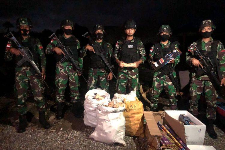 Kayu cendana dan kembang api yang diamankan Personel TNI dari Satgas Pamtas RI-Timor Leste Sektor Timur Yonif Raider Khusus 744/SYB