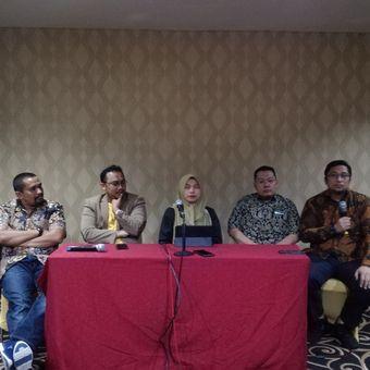 Direktur Pusat Studi Konstitusi (PUSaKO) Fakultas Hukum Universitas Andalas Feri Amsari (paling kanan) dalam diskusi bertajuk Alternatif Penyelesaian Kisruh Pemilu di DHotel, Jakarta, Selasa (21/5/2019).