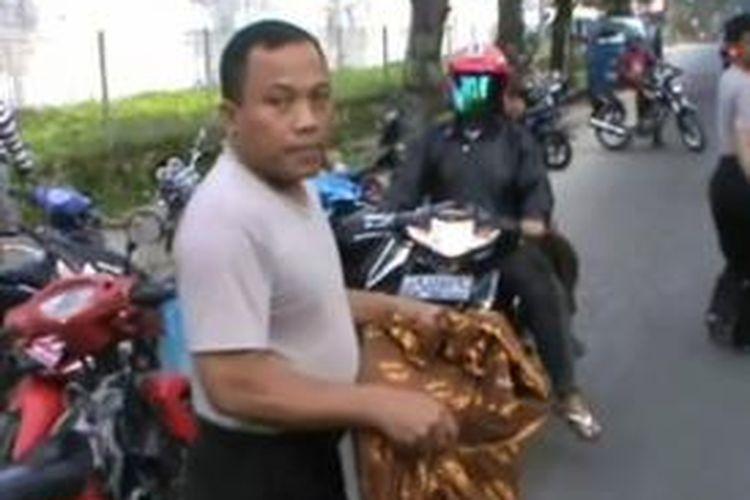 Petugas Kepolisian Resor Pematangsiantar, saat mengamankan mayat bayi yang dibuang di Jalan Medan, Pematangsiantar, Sumatera Utara, Sabtu (2/11/2013).