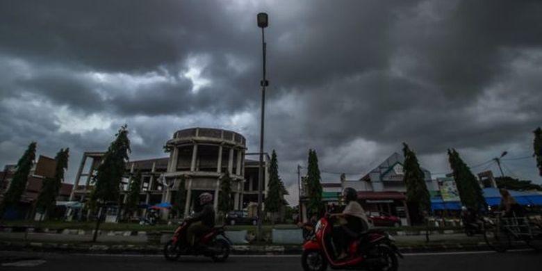 Awan hitam Cumulonimbus bergelayut di langit Lhokseumawe, Aceh, 22 Oktober lalu. BMKG menyebut mayoritas wilayah Aceh dan Sumatera Utara kini memasuki masa transisi peralihan musim.