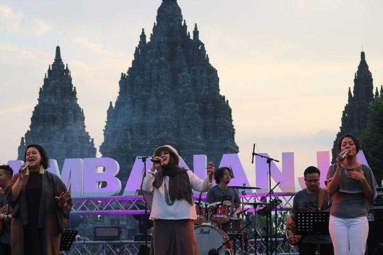 Rida Sita Dewi beraksi di panggung Prambanan Jazz hari kedua yang di gelar di Kompleks Candi Prambanan, Yogyakarta pada Sabtu (6/7/2019).
