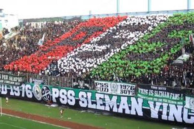Salah satu aksi Brigata Curva Sud (BCS) saat mendukung PSS Sleman di Stadion Maguwuharjo, Sleman.