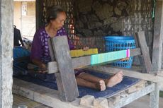 Cerita Rinayu, Nenek yang Tetap Menenun di Lingkaran Sirkuit MotoGP Mandalika