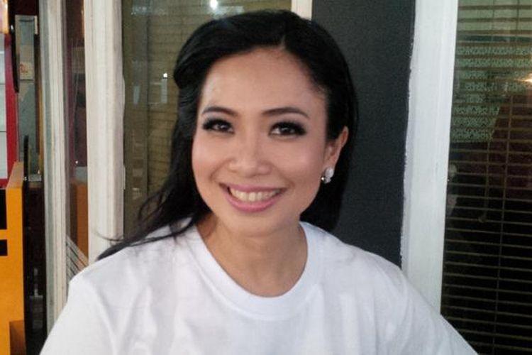 Pembawa acara dan bintang iklan Feni Rose (41) diabadikan di kawasan Gandaria II, Kebayoran Baru, Jakarta Selatan, Jumat (20/6/2015).