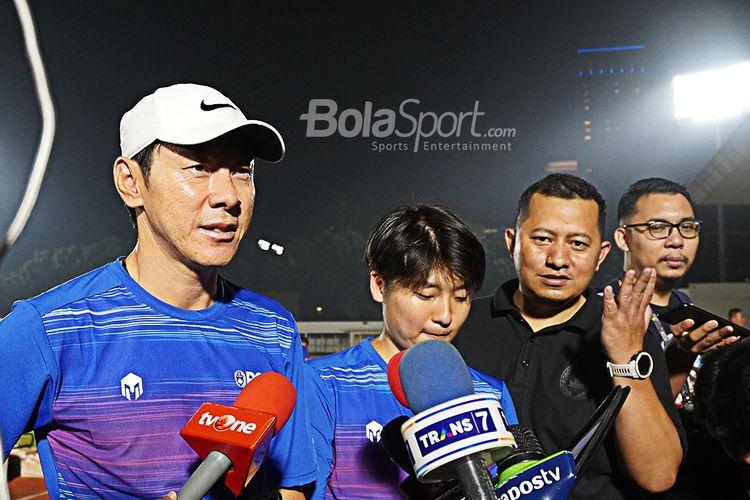 Pelatih timnas Indonesia, Shin Tae-yong setelah memimpin pemusatan latihan hari pertama di Stadion Madya, Jumat 14 Februari 2020.