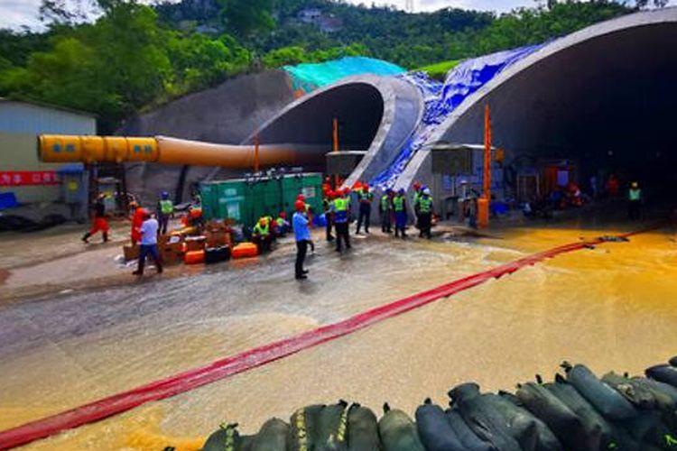 Proses evakuasi yang berlangsung di terowongan Shijingshan kota Zuhai, China. Sebanyak 14 orang yang terjebak ditemukan tewas.