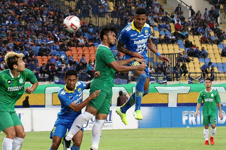 Calon penyerang Persib Bandung, Wander Luiz (biru), berduel udara dengan pemain belakang Melaka United, saat kedua tim beruji tanding, di Stadion Si Jalak Harupat, Kabupaten Bandung, Sabtu (1/2/2020).