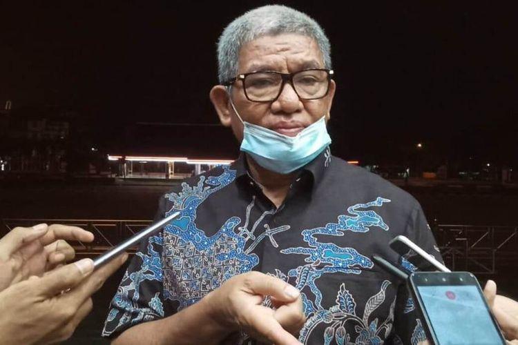 Bupati Maluku Tenggara, Muahamd Taher Hanubun saat diwawancarai wartawan di depan Kantor Gubernur Maluku, Kamis malam (24/9/2020)