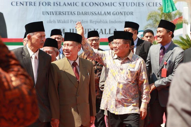 Wakil Presiden RI, Jusuf Kalla saat meresmikan Menara Masjid Jami dan Gedung Centre For Islamic Economies Studies Universitas Darussalam Gontor di Pondok Modern Darussalam Gontor Ponorogo, Kamis (3/10/2019).