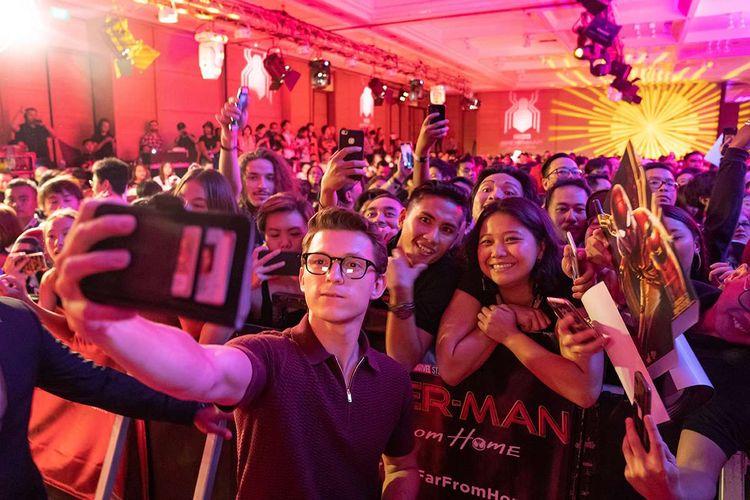 Aktor asal Inggris pemeran Peter Parker di film Spider-Man, Tom Holland berswafoto bersama penggemar saat meet and greet di kawasan Nusa Dua, Bali, Senin (27/5/2019). Kegiatan tersebut merupakan rangkaian promo film Spider-Man: Far From Home yang rencananya akan dirilis pada bulan Juli mendatang.