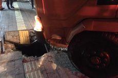 Terperosok 2,5 Jam di Trotoar Jalan Raya Fatmawati, Truk Tronton Berhasil Dievakuasi