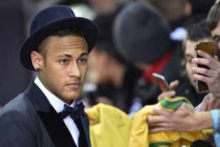 Bintang Barcelona, Neymar, menghadiri malam penghargaan Ballon d' Or 2015 di Kongresshaus, Zurich, 11 Januari 2016.