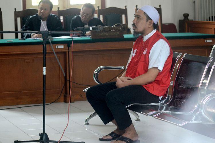 CEO Abu Tours Hamzah Mamba menjalani sidang putusan di Pengadilan Negeri Makassar, Sulawesi Selatan, Senin (28/01/2019). Hamzah Mamba divonis 20 tahun penjara dengan denda Rp500 juta karena dinilai terbukti melakukan penggelapan dan pencucian uang milik calon jamaah Umrah Abu Tours senilai Rp 1,2 triliun. ANTARA FOTO/Sahrul Manda Tikupadang/ama.