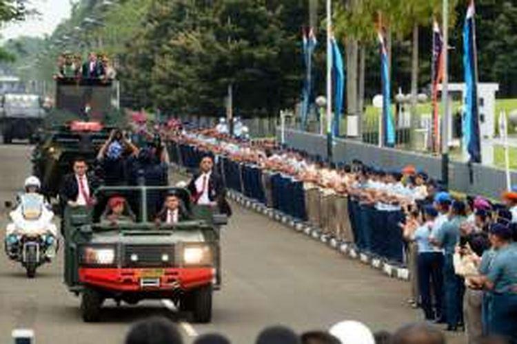 Presiden Jokowi naik kendaraan Anoa Amphibi saat menghadiri Rapim TNI 2017, di Mabes TNI Cilangkap, Jakarta, Senin (16/1/2017) pagi.
