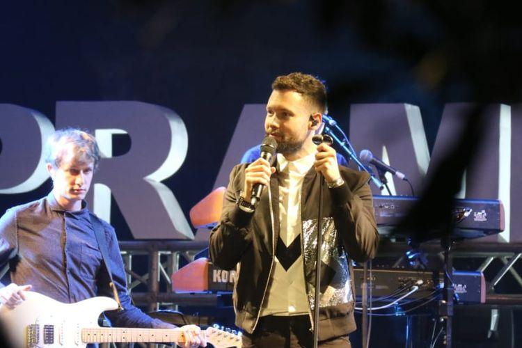 Calum Scott beraksi di panggung Prambanan Jazz hari pertama yang di gelar di Kompleks Candi Prambanan, Yogyakarta pada Jumat (5/7/2019).
