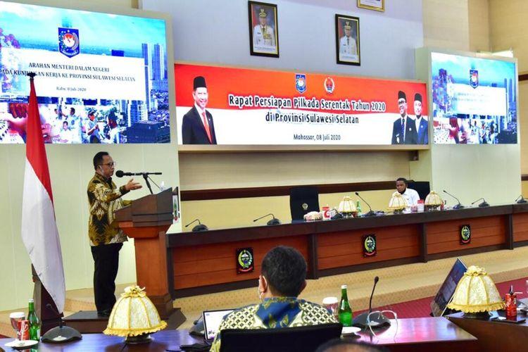 Menteri Dalam Negeri, Tito Karnavian memberikan arahan kepada kepala daerah, KPU dan Bawaslu dalam rangka pelaksanaan 12 Pilkada di Sulsel saat berkunjung di kantor Gubernur Sulsel, Jl Urip Sumohardjo Makassar, Rabu (8/7/2020).