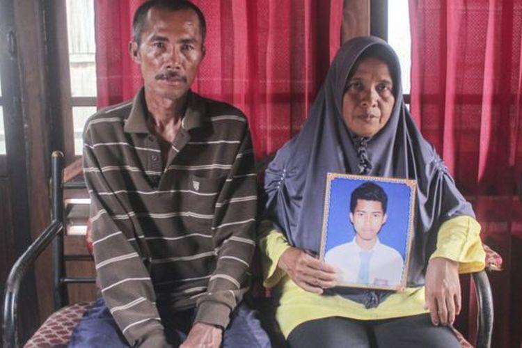 Orang tua dari Ari (24), salah satu Anak Buah Kapal (ABK) Long Xing 629 menunjukkan foto anaknya di Desa Serdang Menang, Sirah Pulau Padang, Kabupaten Ogan Komering Ilir, Sumatera Selatan, Sabtu (09/05).
