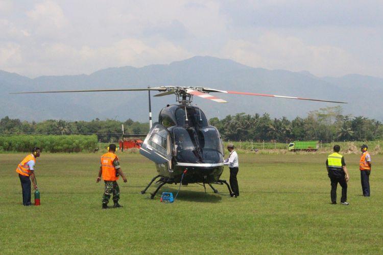 Helikopter Menteri Perhubungan Budi Karya Sumadi saat mendarat di landasan pacu calon Bandara Jenderal Soedirman di Purbalingga, Jawa Tengah, Minggu (6/8/2017) lalu.