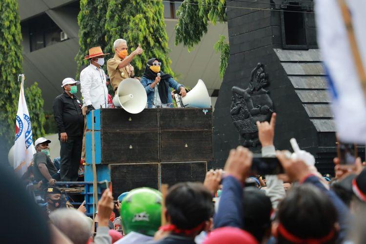 Gubernur Jawa Tengah Ganjar Pranowo temui massa aksi demo tolak Omnibus Law di depan kantornya, Senin (12/10/2020).