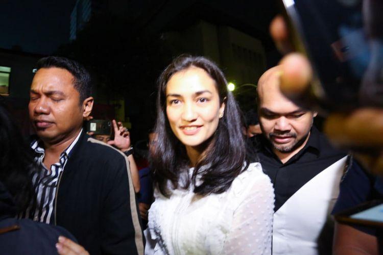 Artis peran Atiqah Hasiholan saat mendatangi Polda Metro Jaya, Jakarta Selatan, Selasa (23/10/2018).