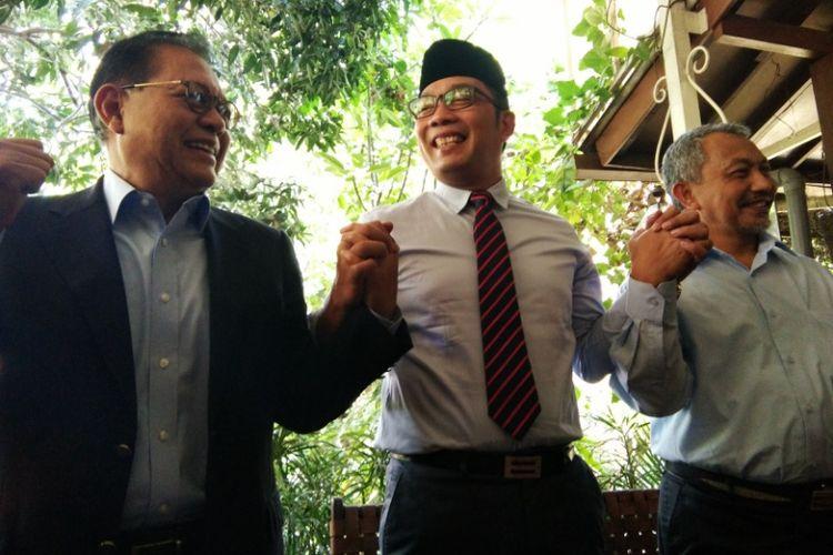 Sudrajat, Ridwan Kamil, dan Ahmad Syaikhu saat beremu di Kafe Bali, Bandung, Senin (9/7/2018). Dalam pertemuan mendadak itu, Sudrajat dan Syaikhu memberi ucapan selamat kepada Ridwan Kamil yang mengantongi suara terbanyak dalam rapat pleno penghitungan suara Pilkada Jabar oleh KPU Jabar.