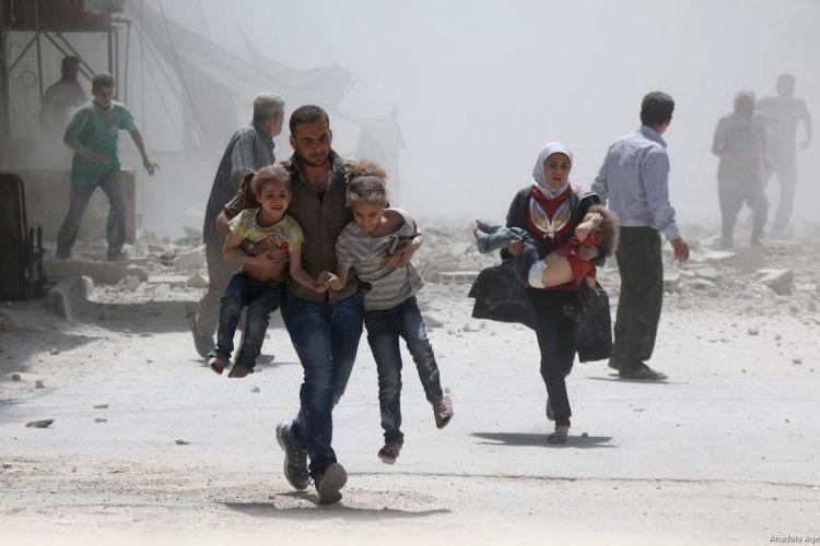 Warga sipil melarikan diri dari lokasi ledakan setelah pasukan rezim Assad, di kota Ein Tarma di wilayah Ghouta Timur, Suriah pada 22 Agustus, 2017 (Anadolu Agency via Middle East Monitor)