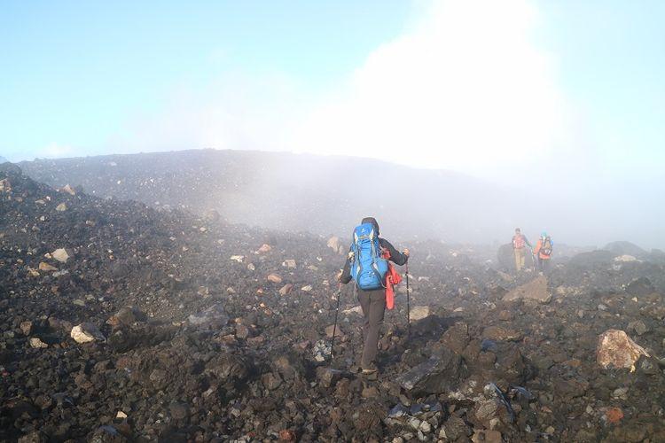 Pendaki menyusuri pinggir kawah Gunung Slamet, Jawa Tengah. Gunung Slamet merupakan salah satu gunung api aktif di Indonesia.
