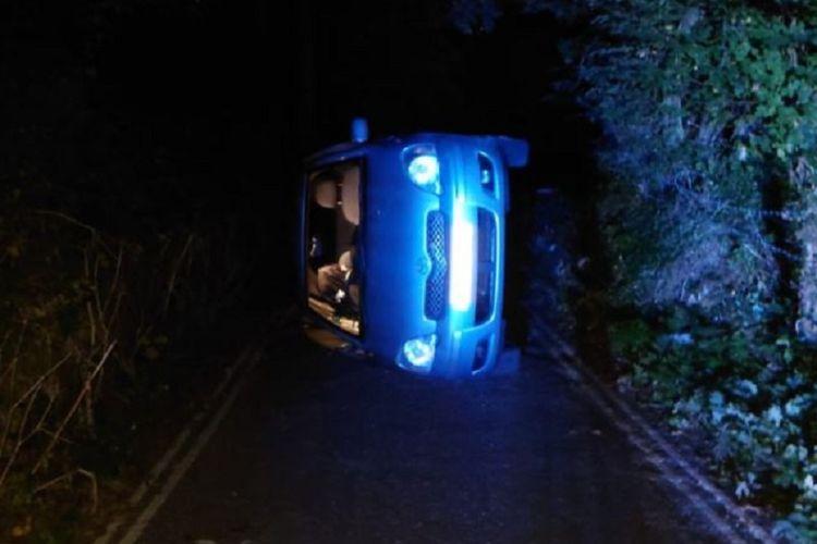 Foto yang diunggah Kepolisian Derbyshire, Inggris, menunjukkan sebuah mobil Toyota Yaris terguling di kaki bukit, saat pasangan yang di dalamnya berhubungan seks. Pasangan itu terjebak selama 15 menit sebelum diselamatkan pejalan kaki.
