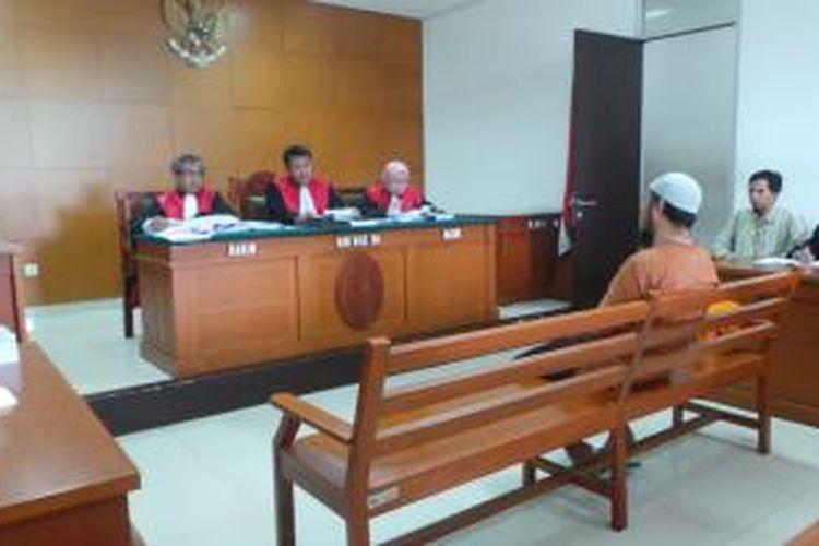 Budi Supriantoro terduga teroris yang ditangkap di Kebumen, Jawa Tengah, menjalani sidang di Pengadilan Negeri Jakarta Timur, Rabu (11/12/2013). Budi juga diduga terlibat dalam kelompok teroris pimpinan Abu Roban.